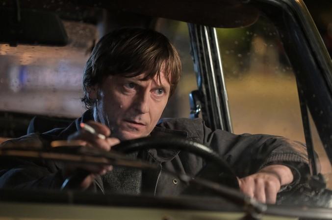 Jovo Maksić kao Kosta Govoruša, u automobilu, sa cigaretom u ruci.