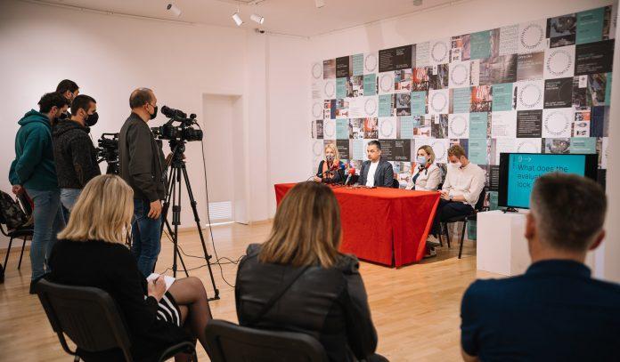 Konferencija za štampu na kojoj su u prvom planu novinari, a u pozadini se vide zvaničnici muzeja